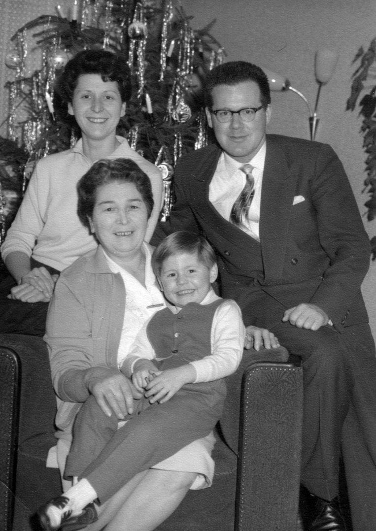 Familieportret van het gezin Guillaume, met Pierre op schoot bij zijn grootmoeder Erna. Beeld Privé-archief Pierre Boom