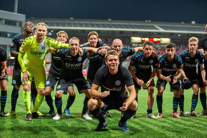 De spelers van De Graafschap bedanken de meegereisde supporters.
