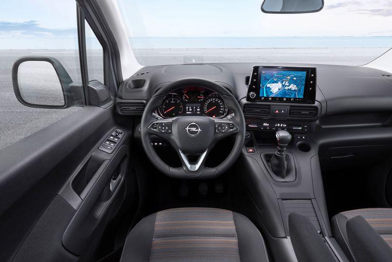 De cockpit is royaal en intuïtief. Let ook op de ouderwetse joekel van een buitenspiegel. Beeld