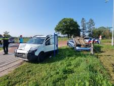 Auto slaat over de kop bij ongeval met bestelbus in Hengelo