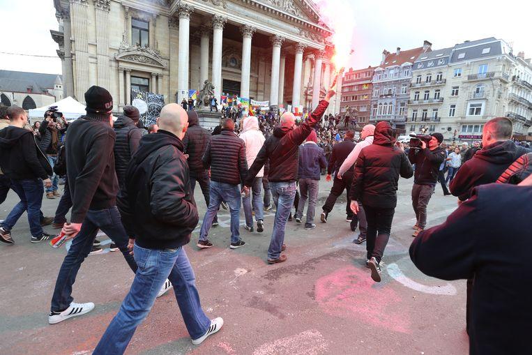 Hooligans op het Beursplein. Beeld BELGA