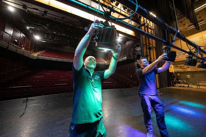 De verlichting op het podium van de Meerpaal in Dronten is weer in gereedheid gebracht voor musivals en andersoortige voorstelligen.