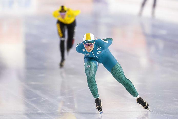 Schouten (R), Carlijn Achtereekte in actie op de 3000 meter tijdens de NK Afstanden.