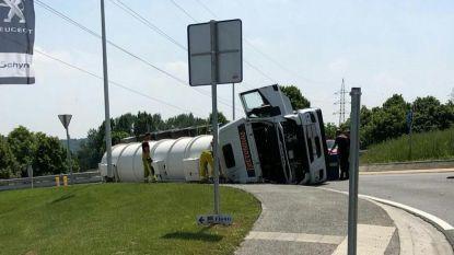 Gekantelde truck 'isoleert' Voeren