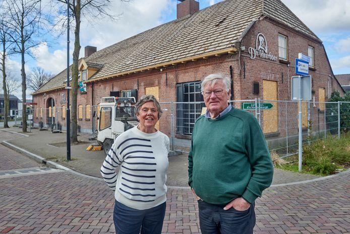 Jeanne en Theo Verbossen voor d'n Vorstenburgh in Uden die binnen afzienbare tijd tegen de vlakte gaat. De pannen zijn er al af.