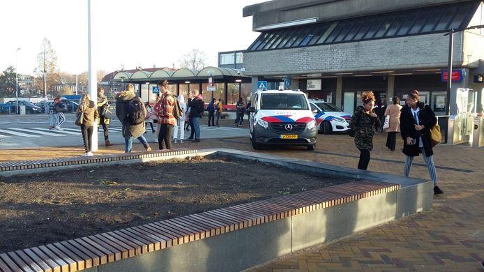 Wachtende reizigers bij het afgesloten NS-station in Goes.