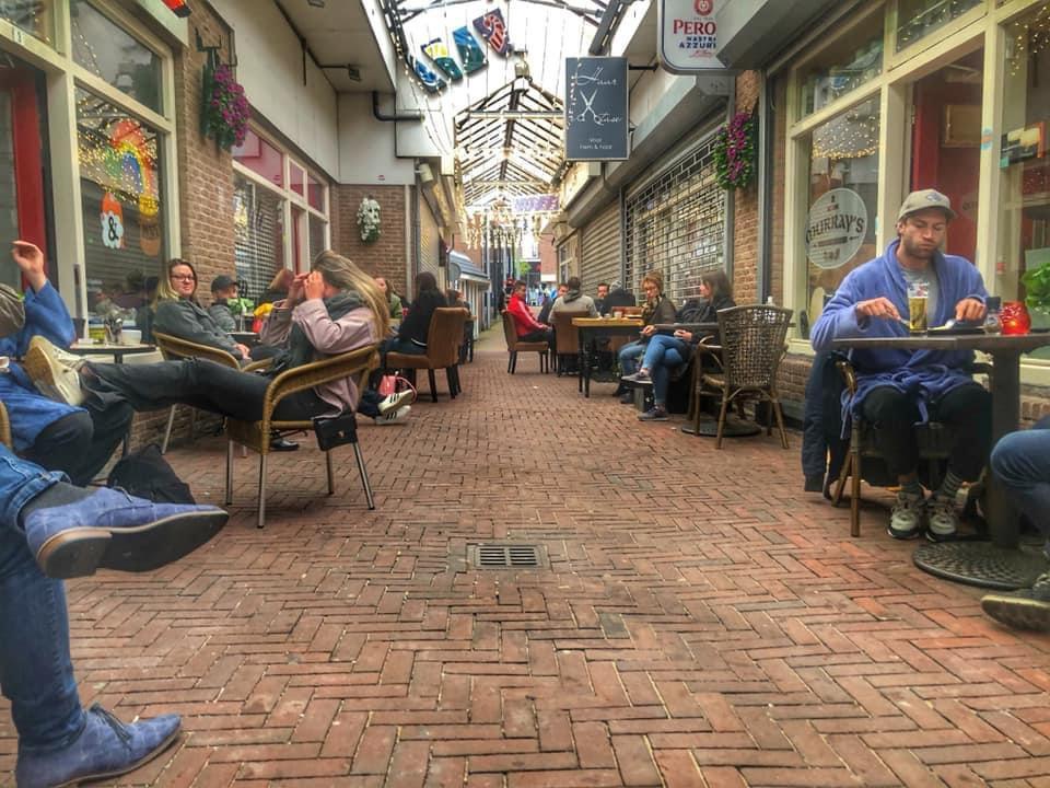 Sommige gasten bestelden om 06.00 uur al een Guinness, anderen hielden het bij koffie.