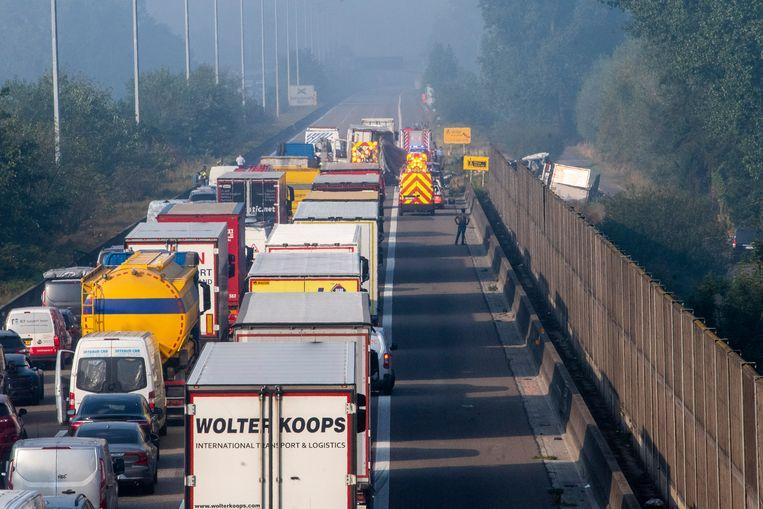 Het ongeval zorgt voor zware verkeershinder. Beeld Didier Verbaere