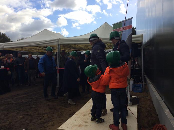 De kinderen van de familie Verbakel mochten de openingshandeling verrichten.