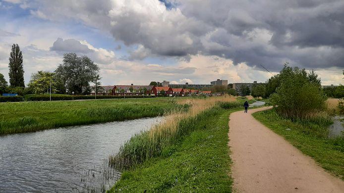 De Whemedreef (links) in Malburgen-Oost is onderwerp van discussie. Er zal worden gebouwd, maar over de manier waarop lopen de meningen uiteen.