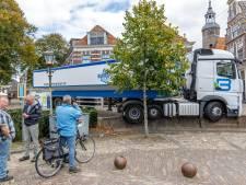 Vrachtwagen rijdt zich klem op kademuur Zeedijk in Blokzijl