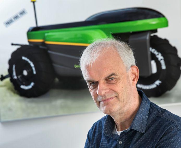 Thieu Berkers met afbeelding van zijn robottrekker eTrac.