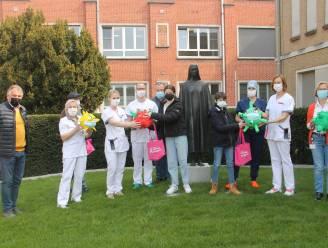 Personeel Sint-Jozefskliniek krijgt piñata's in de vorm van coronavirus om even te ontladen