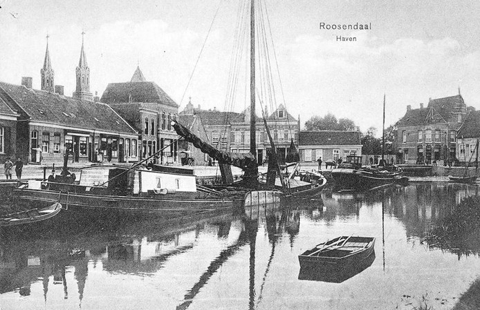 De Roosendaalse haven in 1915. Links op de achtergrond de torens van de Paterskerk. Rechts is de gevel van de huidige Pannenkoekencarrousel goed te herkennen. foto collectie Gemeente-archief Roosendaal