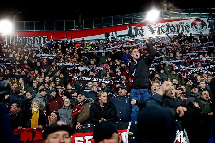 AZ-fans juichen na de winst op Ajax in een dakloos stadion