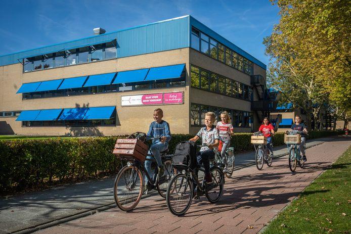 Brugklassers van het Willem de Zwijger College in Papendrecht. Het gebouw is verouderd en moet plaatsmaken voor nieuwbouw, waarbij wellicht tegelijkertijd ook woningen worden gebouwd.