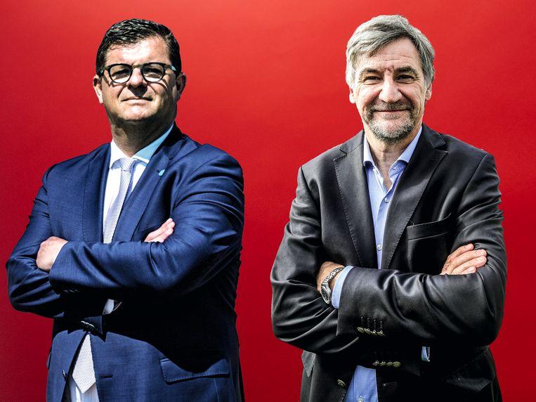Burgemeester van Oostende Bart Tommelein (l) en zijn collega uit De Haan Wilfried Vandaele. Beeld Stefaan Temmerman