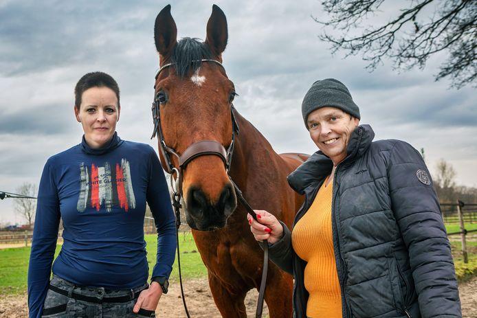 """Sandra Beekman (links) en haar doodzieke moeder Jitske. Het paard van Sandra staat op stal bij Olympisch ruiter Karin Donckers. ,,Eén keer, een laatste keer, wil mijn moeder Karin aanmoedigen."""""""