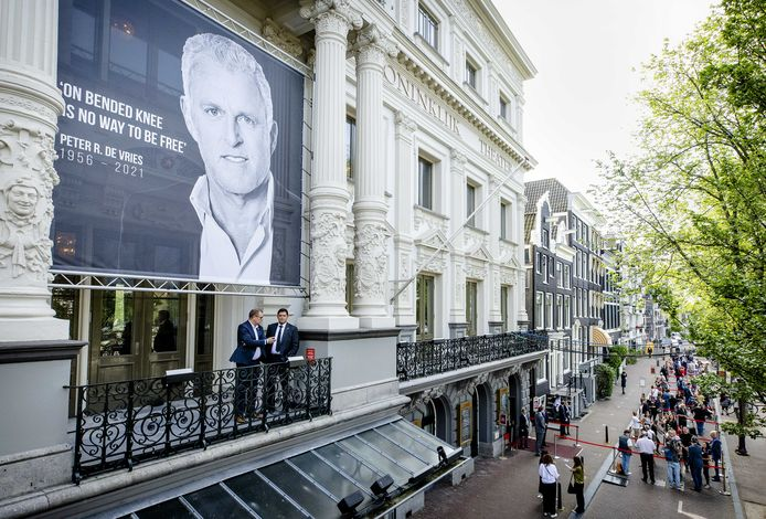 Het publieke deel van het afscheid was woensdag. Duizenden kwamen naar Carré om het lichaam van Peter R. de Vries een laatste groet te brengen.