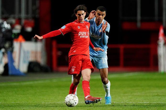 Ramiz Zerrouki namens FC Twente in actie tegen PSV.