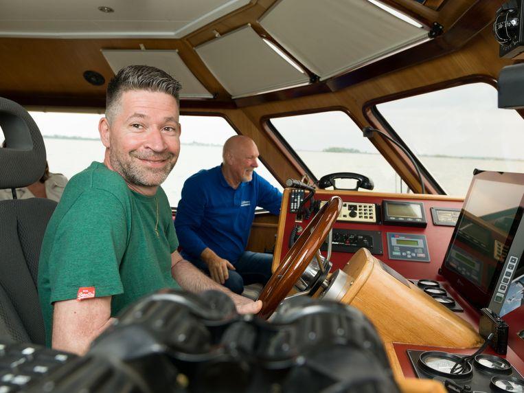 Peter kan dankzij de stuurbekrachtiging even aan het roer zitten. Met schipper Evert Stel ernaast. Beeld Ivo van der Bent