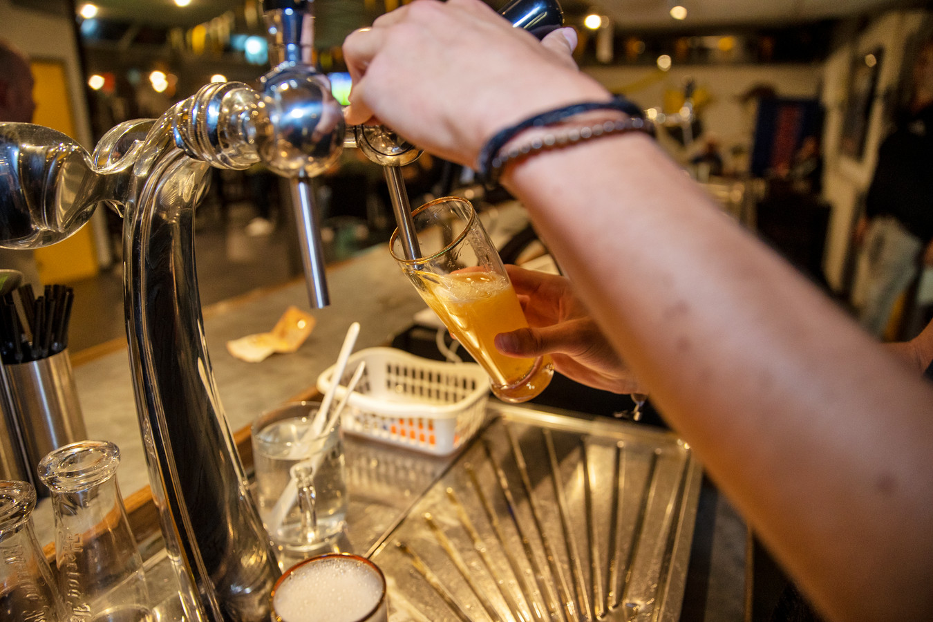 Nu de kantines en de bierkraan nog wel enkele weken dicht blijven, missen vereniging hun omzet.