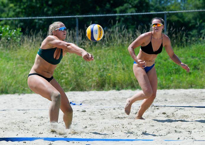 Beachvolleybalzusjes Emi en Mexime van Driel spelen geregeld samen. Mexime van Driel geeft woensdagavond een volleybalclinic aan de jeugd van volleybalvereniging Monza in Monster.