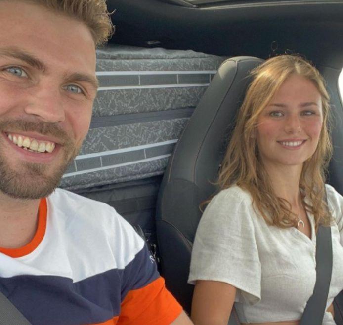 Twan van Gendt wordt door Puck Moonen naar het vliegveld gebracht.
