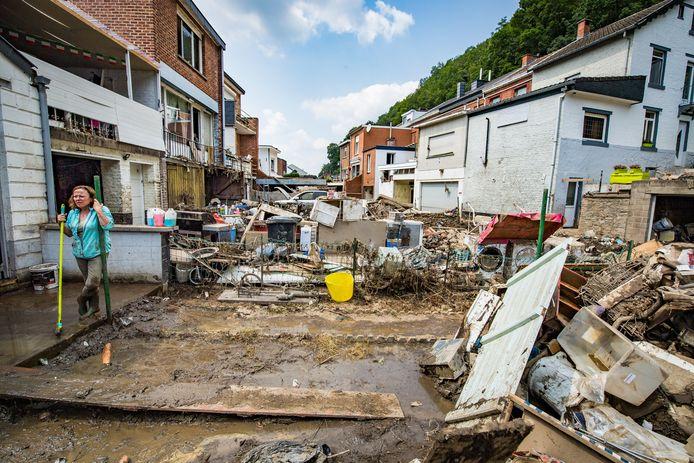 Een week na de watersnoodramp blijft de puinhoop enorm en zijn de vooruitzichten zonder elektriciteit, gas en voedingswinkels heel somber.