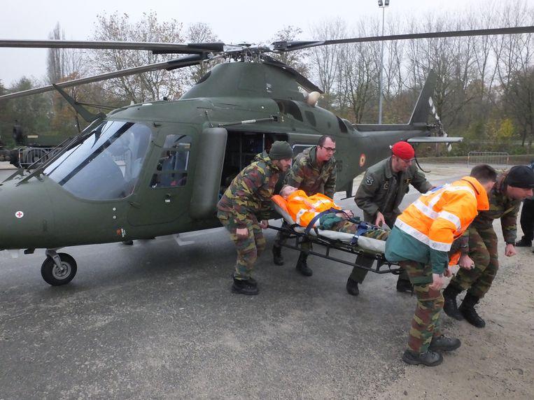 De militairen oefende al even een evacuatie met een Agusta-helikopter.