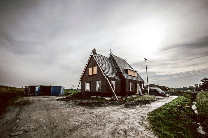Met vrienden en familie bouwt een jong gemeentelid - een twintiger - aan zijn eerste huis.