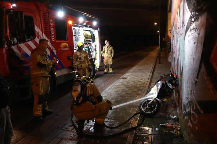 De brandweer blust een brandje bij een scooter in Rijswijk