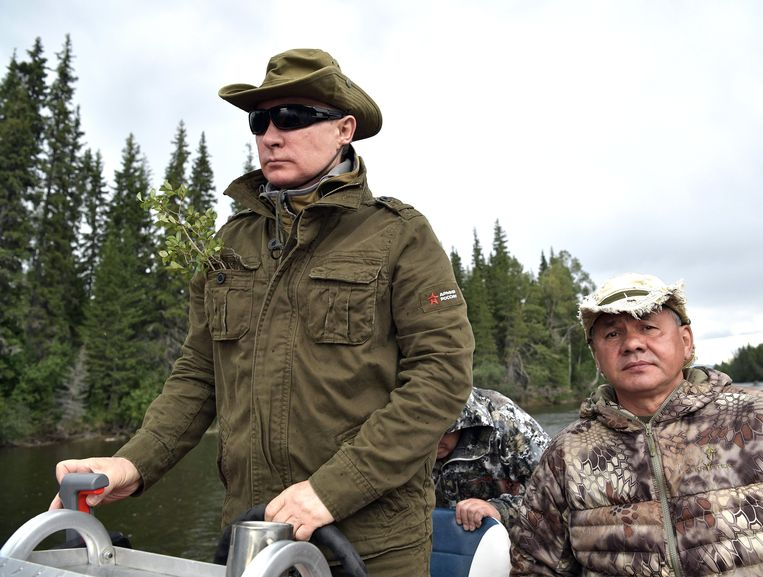epa06125606 Russian President Vladimir Putin (L) driving a motor boat as Russian Defense Minister Sergei Shoigu (R) accompanies him at the cascade of mountain lakes during Putin's vacation on 01-03 August 2017, (issued 05 August 2017) in the Tyva Republic in the southern Siberia, Russia.  EPA/ALEXEI NIKOLSKY / SPUTNIK  / KREMLIN POOL MANDATORY CREDIT Beeld EPA