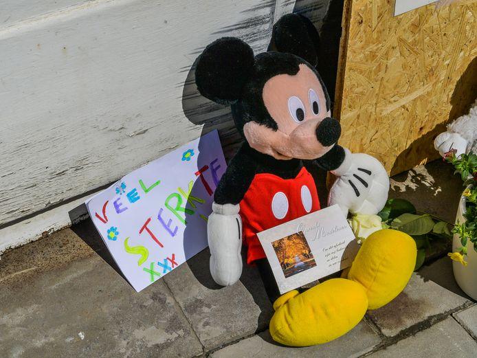 Tal van voorbijgangers lieten tekeningen en bloemen achter op de plek waar gisteren een truck inreed op een bankkantoor en de kleine Jade het leven liet.