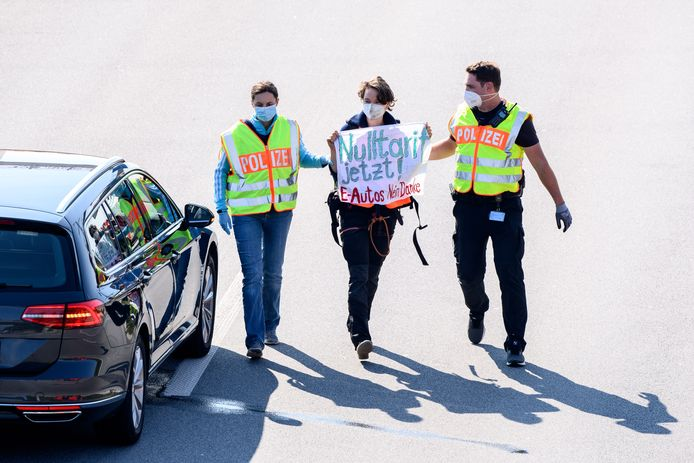 Politie in de weer met activisten in München.