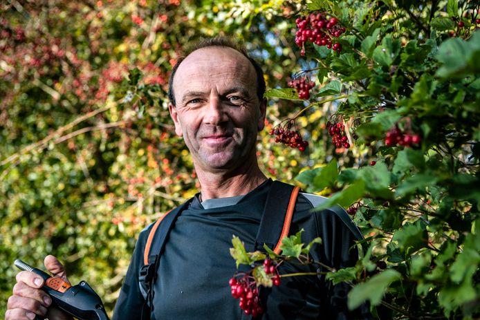 Guus Schutte gaat met een groep vrijwilligers en 25.000 euro in Raalte en Olst-Wijhe glooiing in het landschap aanbrengen.