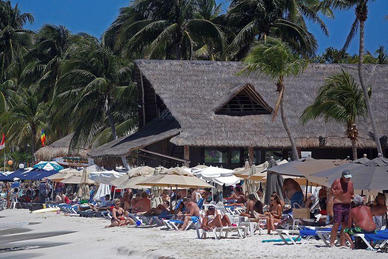 Toeristen genieten van het strand in Isla Mujeres. Beeld EPA
