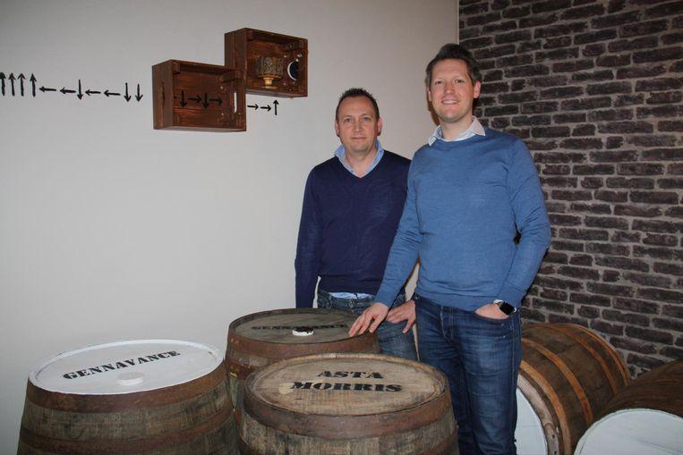 Chris Van Rosmalen en Tony Pylyser in hun escape room Aqua Vita in Diksmuide. Alles draait hier om whisky.