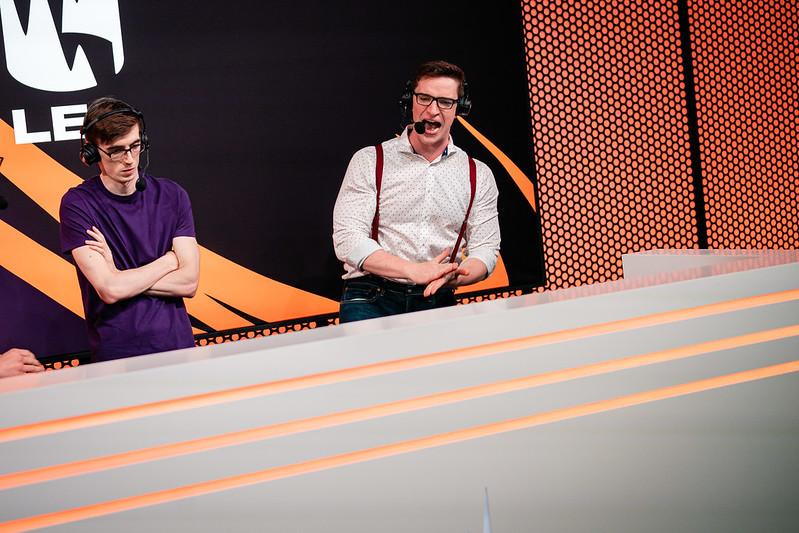 Medic (rechts) is commentator bij de Europese League of Legends-competitie (LEC)