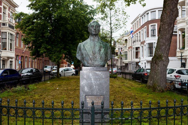 Bronzen borstbeeld van Couperus dat op 10 juni 1963, zijn 100ste geboortedag, werd neergezet in de Surinamestraat in Den Haag. Beeld Renate Beense