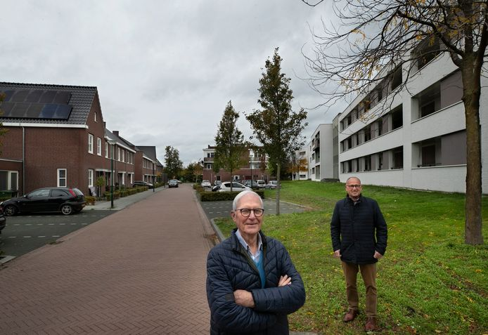 Pieter Verschuuren (l) en Jan Dekkers van het Dorpsplatform Aarle-Rixtel.
