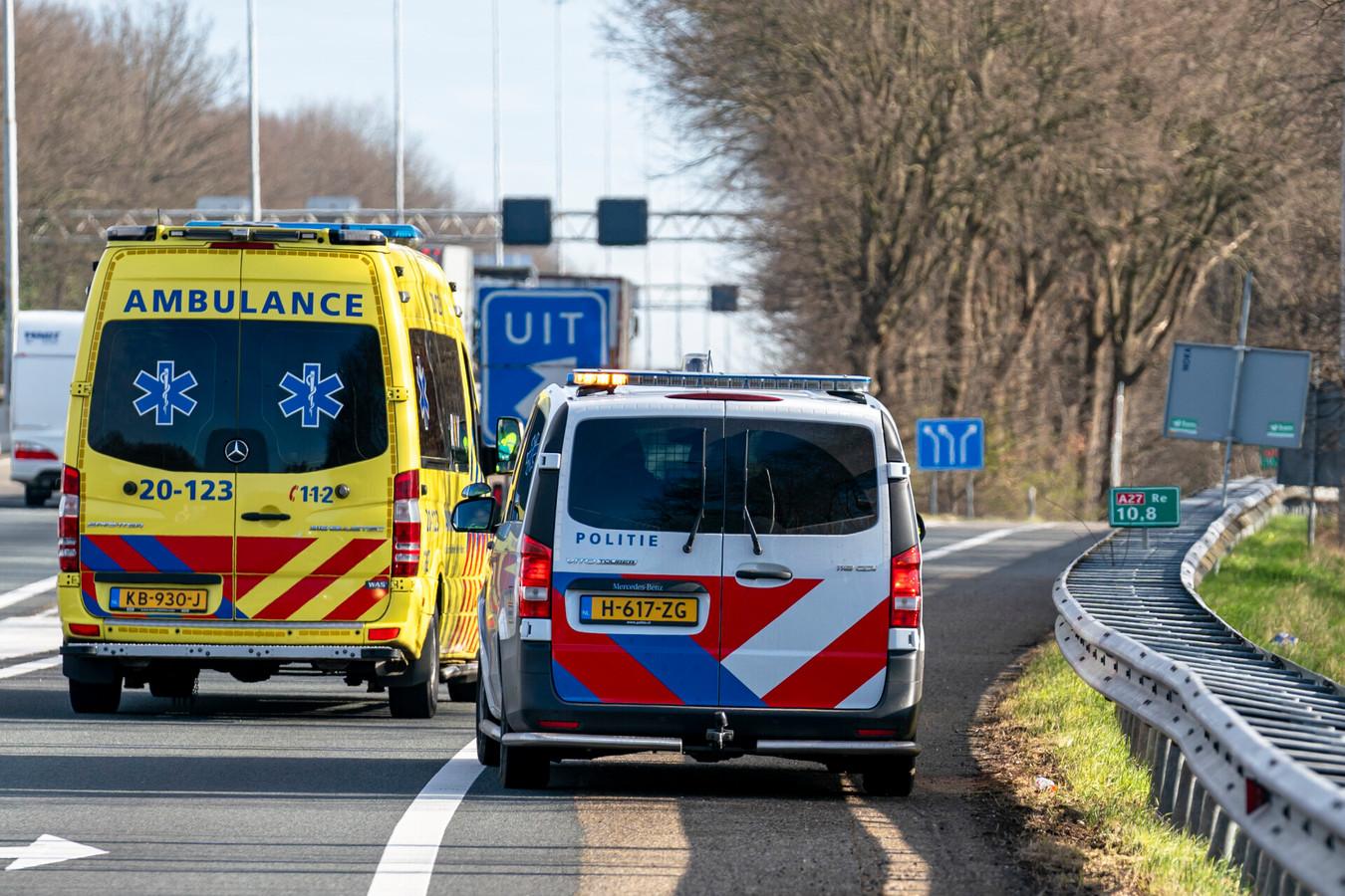 OOSTERHOUT - Een naakte verwarde man zorgde zaterdagochtend voor de nodige overlast op snelweg A27 ter hoogte van Oosterhout-zuid. De man werd overmeesterd door agenten en afgevoerd met een ambulance.
