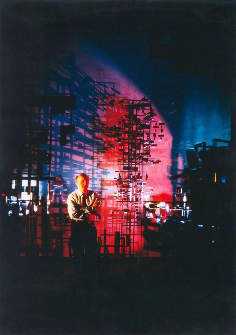 Nicolas Schöffer voor zijn maquette van La Tour Lumière Cybernétique (1967). Beeld RV