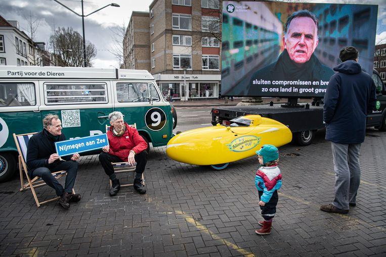 De partij voor de Dieren zoekt in Nijmegen de kiezer op.  Beeld Koen Verheijden