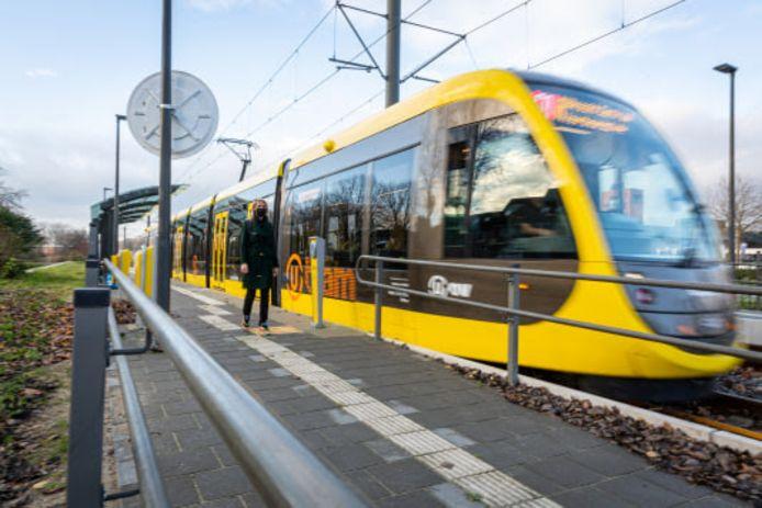 De nieuwe CAF tram zien op de vernieuwde halte Zuilenstein.