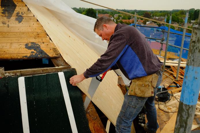 Timmerman werkt aan molen De Doornboom in Hilvarenbeek