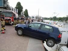 Auto rolt van de Arnhemse Rijnkade tegen een schip