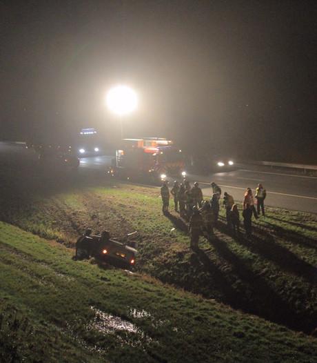 Auto belandt op de kop in sloot langs A28 bij Nijkerk, bestuurder gewond