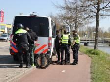 Hooligans rellen op plein Ikea Delft: politie verricht 32 arrestaties