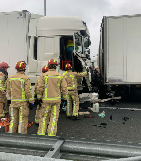 Dodelijk ongeval op A2: vrachtwagenchauffeur aangehouden, weg nog uren dicht